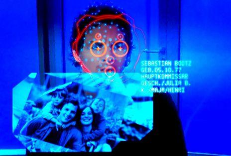 Die Maschine lebt. Das Gesichtserkennungsprogramm von Bluesky liefert in Windeseile Daten zu allen Besuchern, so auch von Kommissar Bootz (Felix Klare)